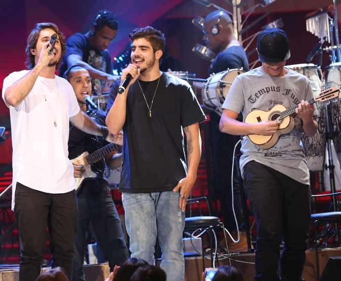 Caio Castro canta com a banda AtoZero4 no Altas Horas (Foto: Carol Caminha/Gshow)