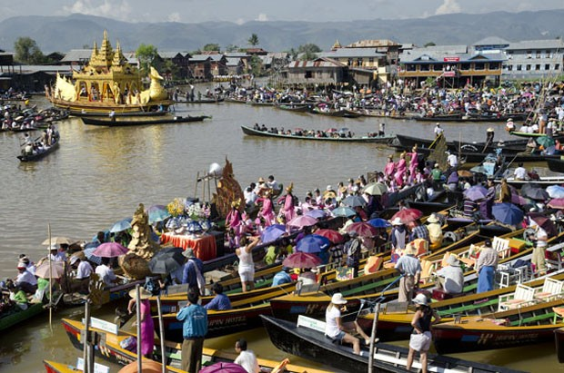 Na encruzilhada de canais do lago Inle, a Barca Real aproxima-se do templo Phaung Daw Oo (Foto: Haroldo Castro/ÉPOCA)