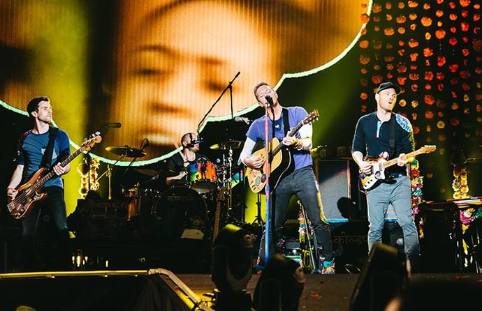 No show, Chris Martin se movimentava em três palcos para ficar colado às fãs (Foto: Breno Galtier / T4F)