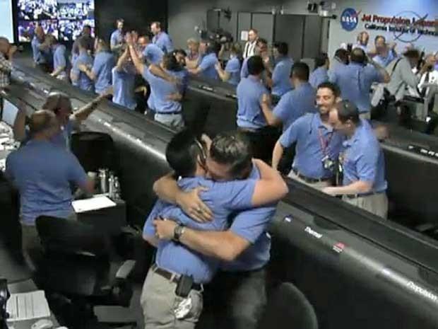 Controladores da missão espacial festejam o pouso do Curiosity em Marte. (Foto: Reprodução / Nasa)