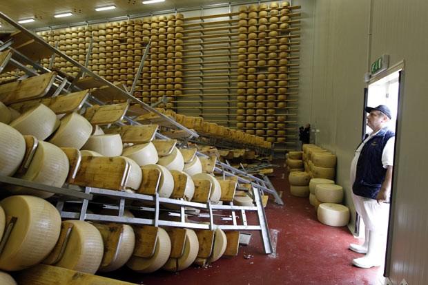 Armazém que guardava queijos em San Giovanni é visto nesta segunda-feira (21), após terremoto na Itália (Foto: AP)