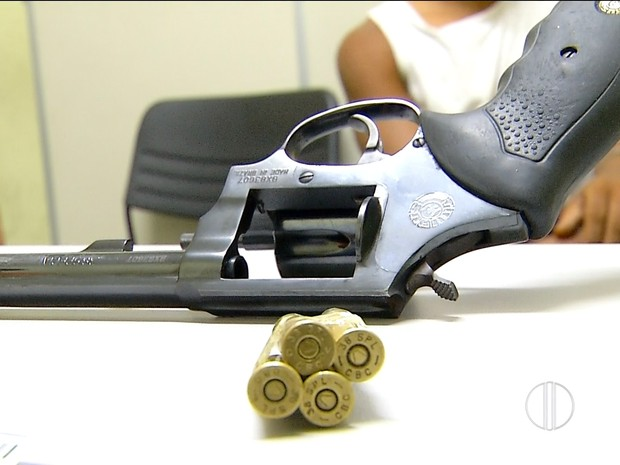 Adolescentes de 16 anos usaram reólver calibre 38 para roubar carro no bairro do Alecrim (Foto: Reprodução/Inter TV Cabugi)