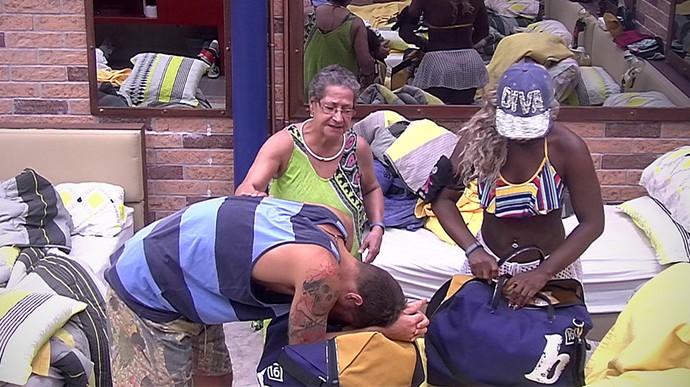 Adélia Daniel e Geralda arrumam as malas de Alan Tarde casa 05_02 (Foto: TV Globo)