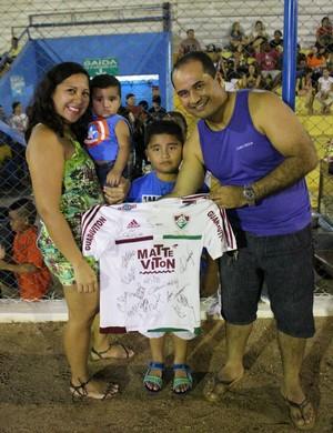Família venceu sorteio e levou para casa camisa do Fluminense (Foto: Daniele Lira)