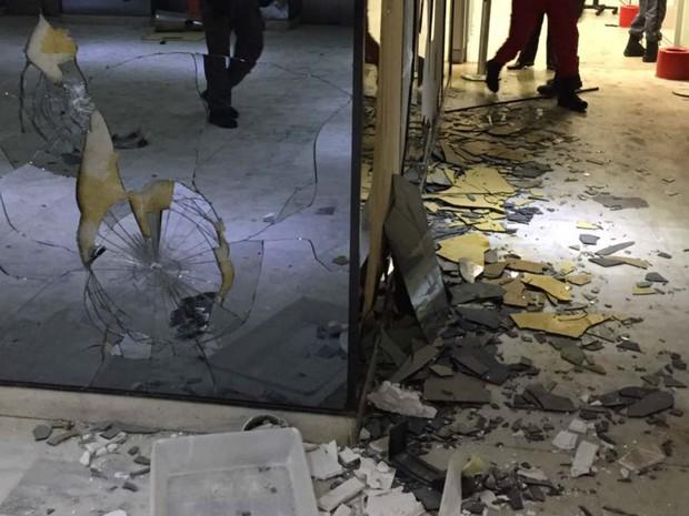 Vidraças quebradas na área interna de prédio do Ministério da Educação, em Brasília (Foto: MEC/Divulgação)