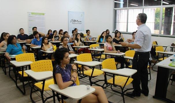 Renan Nunes ministra palestra para estudantes de jornalismo da UFPI (Foto: Cacos/UFPI)
