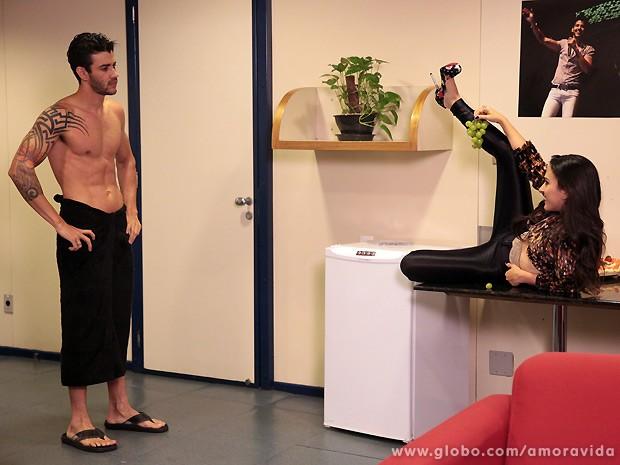 Olha só a apose que ela faz para tentar seduzir o astro! (Foto: Amor à Vida / TV Globo)