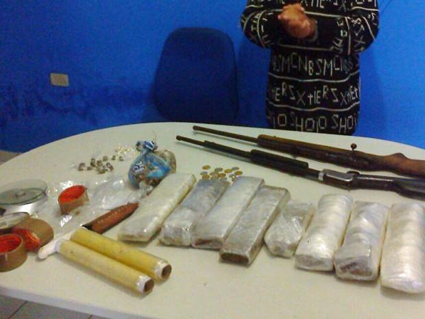PM foi cumprir mandado de prisão quando encontrou as drogas e armas (Foto: Divulgação/Polícia Militar)