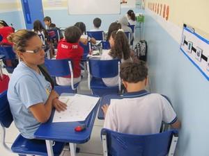 Alunos autistas tem auxiliar de sala para o seu desenvolvimento na escola (Foto: Michelle Farias/G1)
