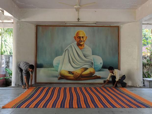 Um dos ambientes do ashram onde viveu Gandhi (Foto: Sam Panthaky/AFP)