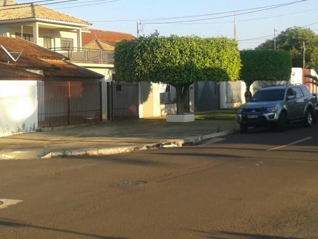 PF usa carro descaracterizado em cumprimento a mandado em residência de Campo Grande (Foto: Osvaldo Nóbrega/ TV Morena)
