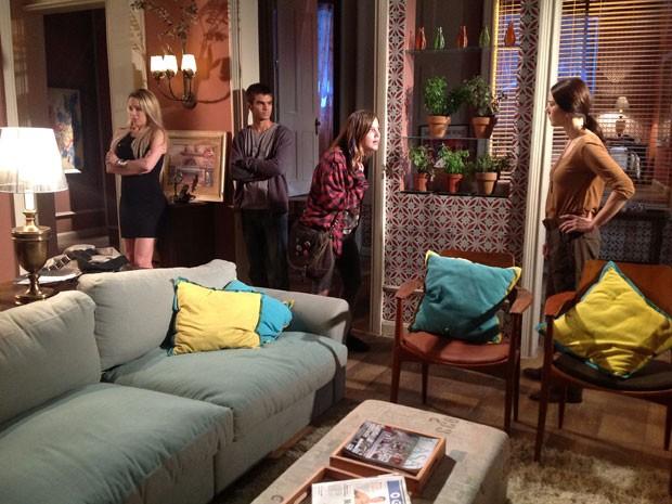 Raquel vai procurar Lia na casa de Marcela e as duas acabam discutindo feio (Foto: Malhação / Tv Globo)