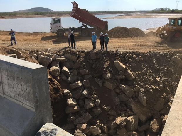 Pedras com mais de uma tonelada foram usadas para conter o vazamento  (Foto: Divulgação / Assessoria)
