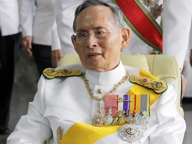 Monarca Bhumibol Adulyadej está internado em hospital de Bangcoc (Foto: Apichart Weerawong/AP)