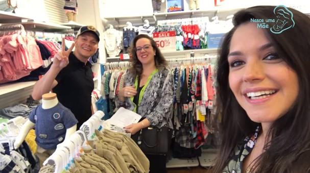 Michel Teló, a assessora de compras Daniela e Thais Fersoza (Foto: Reprodução/YouTube)