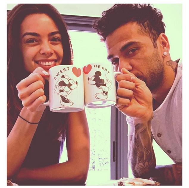 BLOG: Carnaval? Dani Alves toma café da manhã a dois com a namorada na Espanha