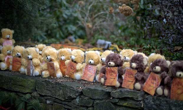 Ursos de pelúcia simbolizam vítimas do massacre na escola Sandy Hook, em Newtown, Connecticut (Foto: AP)