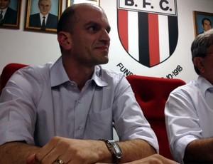 Gustavo Assed é aclamado presidente do Botafogo-SP (Foto: Cleber Akamine / Globoesporte.com)