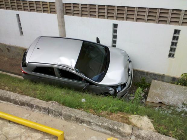 Carro de test drive bate em outro de uma concessionária vizinha, que é arremessado para fora do pátio (Foto: Lucas Antonio Carvalho de Pinho/Divulgação)