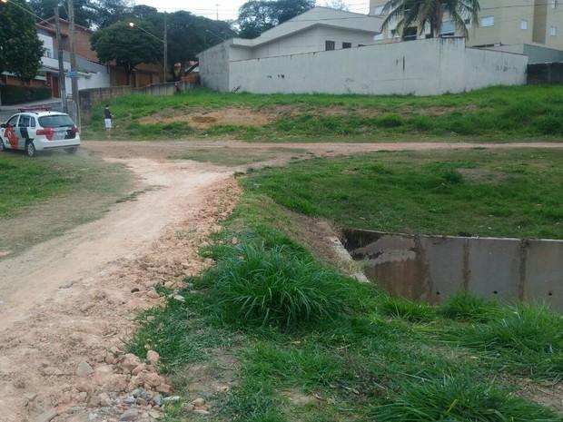 Córrego onde o pedreiro foi jogado pelo ladrão (Foto: Fernando Vitarelli\ Divulgação)