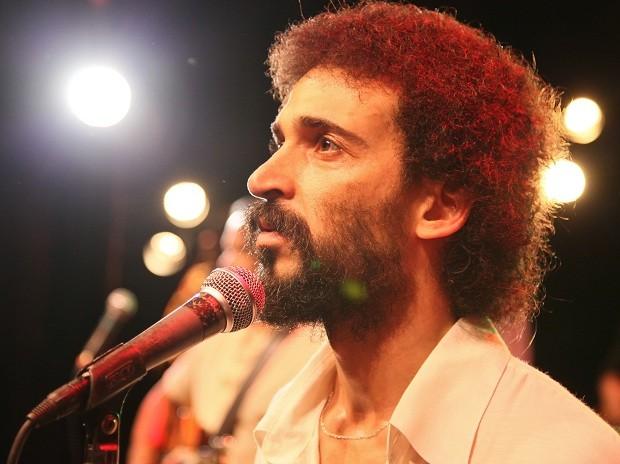 Julio Andrade interpreta Gonzaguinha em 'Gonzaga: de pai pra filho' (Foto: Divulgação)
