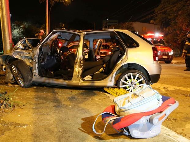 Um bebê de 4 meses morreu depois que o carro em que estava bateu em um poste na Marginal Tietê, em São Paulo, na madrugada. A mãe e o motorista se feriram e foram levados ao hospital. A mãe segurava o bebê no colo, no banco de trás, sem usar a cadeirinha (Foto: Edison Temoteo/Futura Press/Estadão Conteúdo)