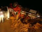 Caminhão tomba em barranco na BA-262; 1 morre e 2 ficam feridos