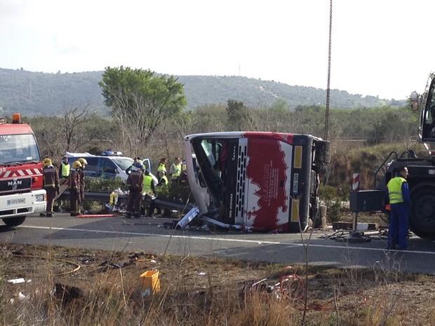 Choque entre ônibus e carro deixa 14 mortos da província catalã de Tarragona, no nordeste da Espanha (Foto: AP Photo)