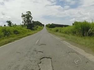 Em Paranapanema, buracos e acostamento ruim são reclamações (Foto: Reprodução/ TV TEM)
