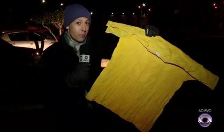 Camiseta molhada deixada no varal por morador ficou completamente congelada (Foto: Reprodução/RBS TV)