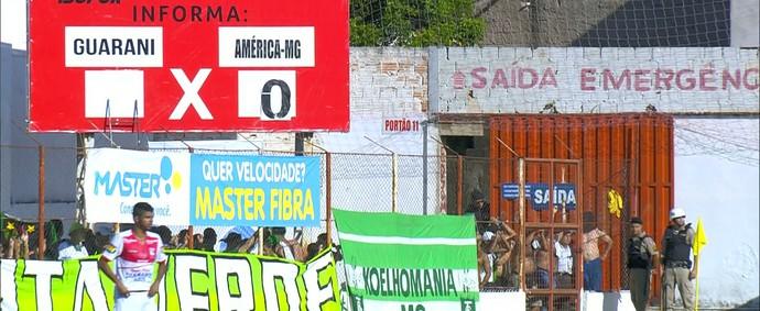 Placar do jogo entre Guarani-MG x América-MG (Foto: Reprodução/ Premiere)