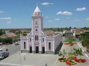 Em Reriutaba, igreja matriz também é rosa (Foto: Prefeitura de Reriutaba/Divulgação)