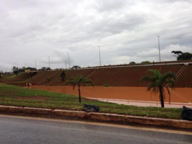 Região próxima à parada fica inundada durante chuva (Foto: Hannah Dias/Arquivo pessoal)