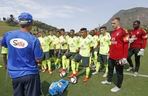 Carlos Amadeu conversa jogadores seleção sub-17 Granja Comary (Foto: Rafael Ribeiro/CBF)