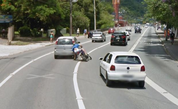 Motoqueiro é flagrado pelo Google Maps (Foto: Reprodução)