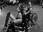 Thaila Ayala exibe corpo perfeito em pose sensual deitada em cima de moto