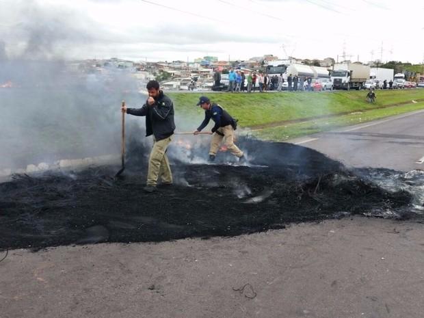 Agentes da Polícia Federal trabalham para liberar pista da BR-376 (Foto: Divulgação/PRF)
