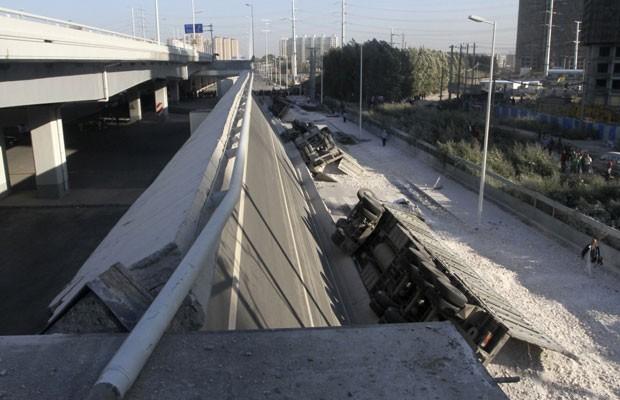 Ponte inaugurada em novembro do ano passado cai na China e deixa três mortos (Foto: China Daily/Reuters)