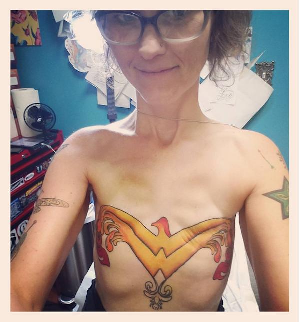 A dona de casa Stephaine Kelly com o símbolo da Mulher-Maravilha tatuado em seu peito (Foto: Instagram)