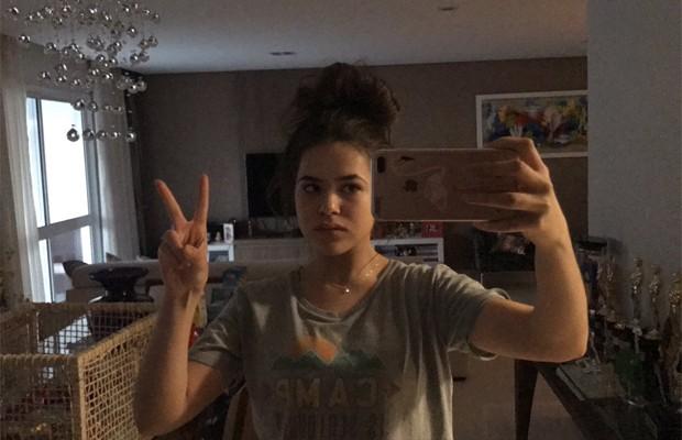 Maisa Silva na sala de casa (Foto: Reprodução/Twitter)