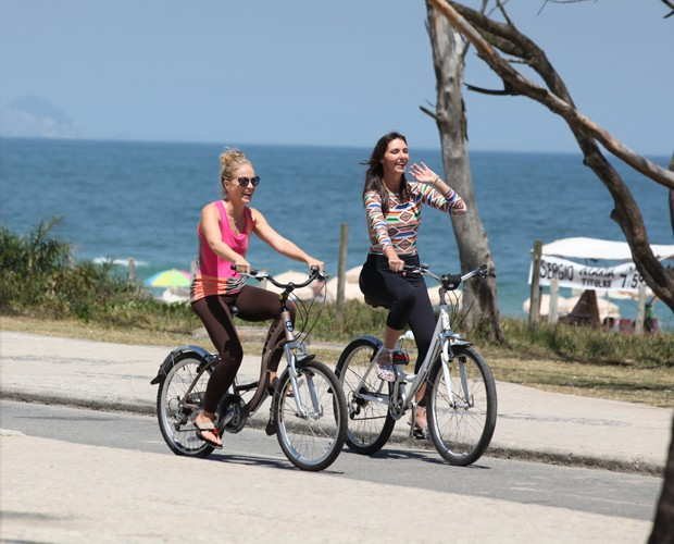 Angélica e Glenda passeiam de bike pela orla da praia (Foto: TV Globo/Carol Caminha)