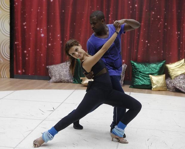 Paloma Bernardi arrasa na elasticidade  (Foto: Artur Meninea/ Gshow)