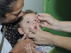 As crianças tomaram a dose da gotinha contra poliomielite (Foto: Divulgação)