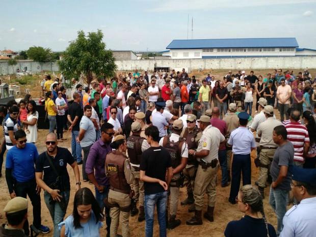 Policiais militares executados durante ataque de bandidos foram enterrados nesta terça-feira  (Foto: Nino Moreira / TV Bahia)