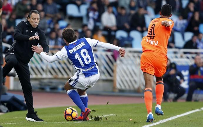 Técnico Cesare Prandelli se esquiva de chute de Mikel Oyarzabal fora de campo em Real Sociedad x Valencia (Foto: EFE/Juan Herrero)