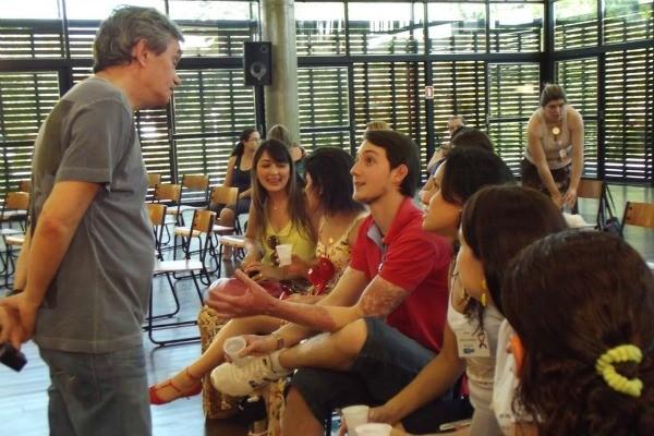 Serginho Groisman entrevista sobreviventes da boate Kiss (Foto: Lidiana Betega/Assessoria de Comunicação AVTSM)