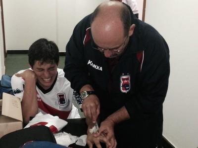 Lucas Otávio fratura toma injeção no intervalo do jogo (Foto: Douglas Trevisan - Divulgação Paraná Clube)