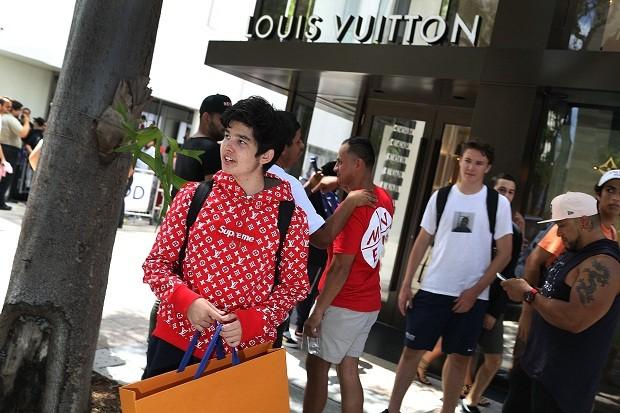 Cliente faz fila em frente à loja da Louis Vuitton, em Miami, para comprar itens da colaboração com da Supreme (Foto: Getty Images)