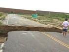 Chuvas abrem cratera de mais de cinco metros em estrada no RN