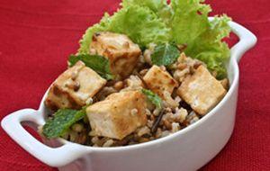 Entrada: salada de 7 grãos com tofu grelhado